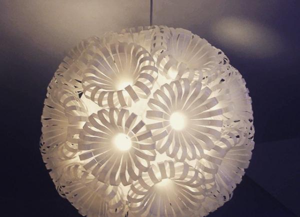 """Très beau """"upcycling"""" de la designer anglaise Sarah Turner. Ce lustre a été conçu à partir de bouteilles de plastique recyclées !  #begreenteen#recyclit#ecocreations#recyclage#Parisclimat2015#COP21#plastique#lustre#artiste#artist#SarahTurner#bouteille#transparence#art#design#plastique#lumière#upcycling"""